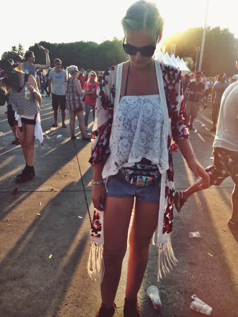 Kimono: H&M Top: Gina Tricot Shorts: Primark Bauchtasche: H&M Schuhe: Primark Armkette: Amazon