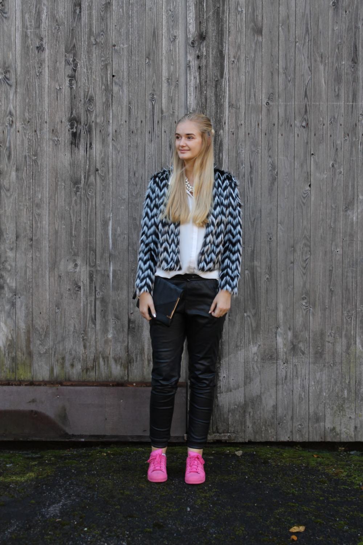 Blazer: H&M, Bluse: Primark, Kette: Primark, Clutch: Primark, Hose: Vero Moda, Schuhe: Adidas Superstar